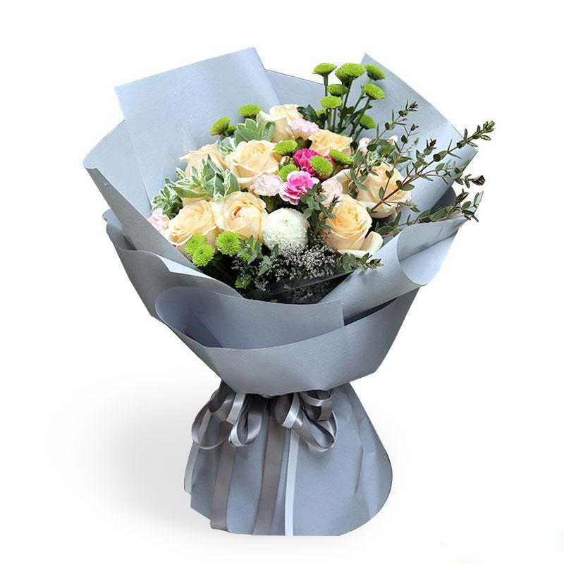 幸福起航_11枝香槟玫瑰,2枝乒乓菊,多头康乃馨,雏菊,高山积雪,情人草,尤加利