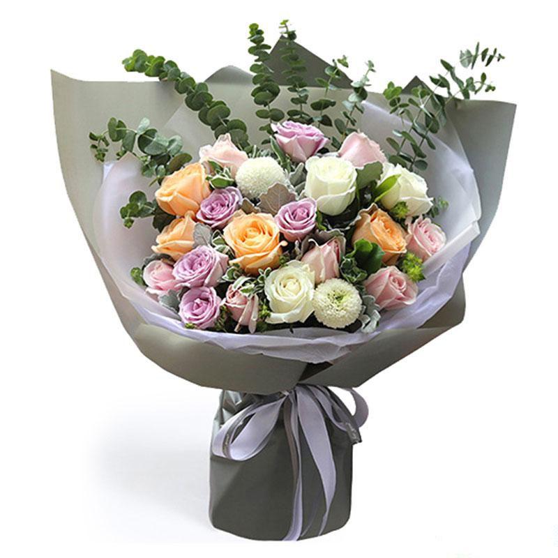 心甘情愿_5枝紫色玫瑰,4枝香槟,7枝粉玫瑰,3枝白玫瑰,2枝白色乒乓菊,叶上花,尤加利叶搭配