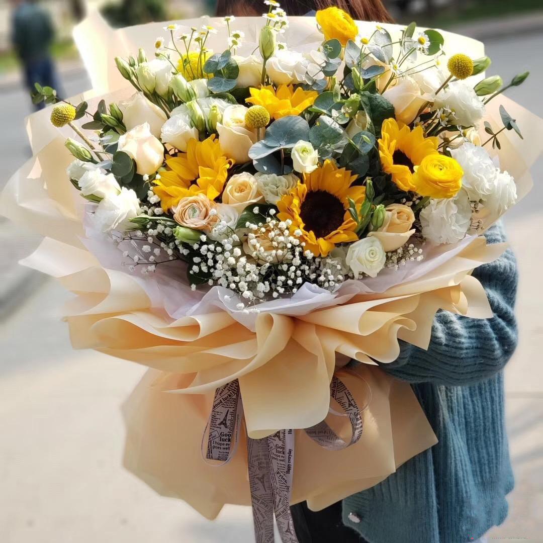 温暖心扉_向日葵5枝,香槟玫瑰21枝,白玫瑰6枝,白色洋桔梗,洋牡丹,尤加利,满天星搭配丰满
