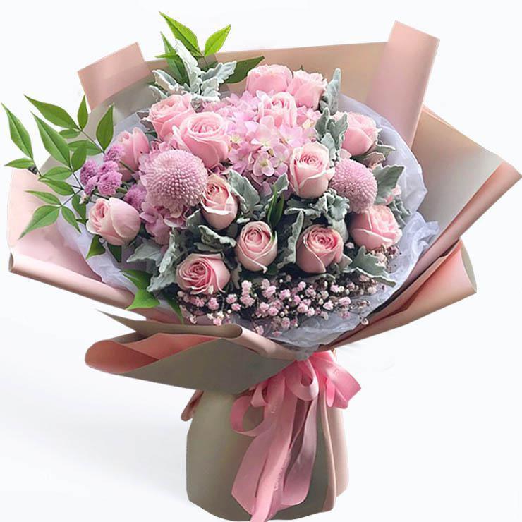 甜蜜誓言_19枝粉佳人,2枝红色乒乓菊,2枝粉色绣球,银叶菊,粉色满天星,绿叶搭配