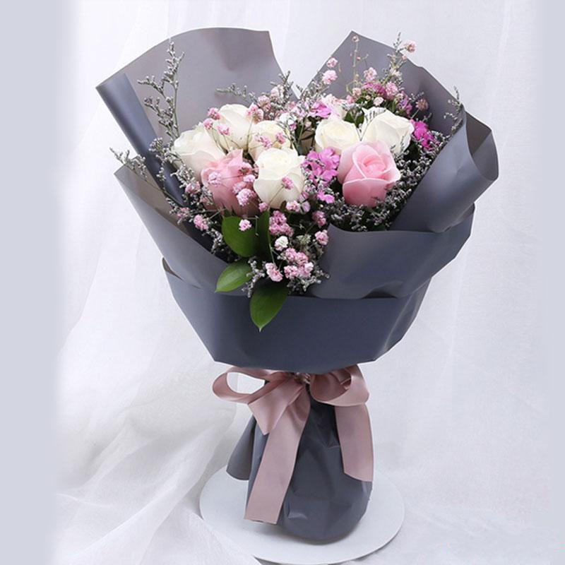 情深似海_7枝精品白玫瑰,4枝粉玫瑰,情人草、满天星间插、栀子叶、相思梅点缀