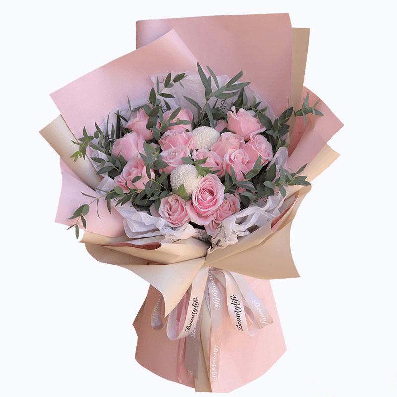 粉色芳华_19枝粉红雪山玫瑰,乒乓菊尤加利叶搭配