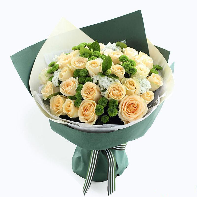 夏日公主_香槟玫瑰33枝、绿色小雏菊8枝、白色石竹梅5枝、栀子叶3枝
