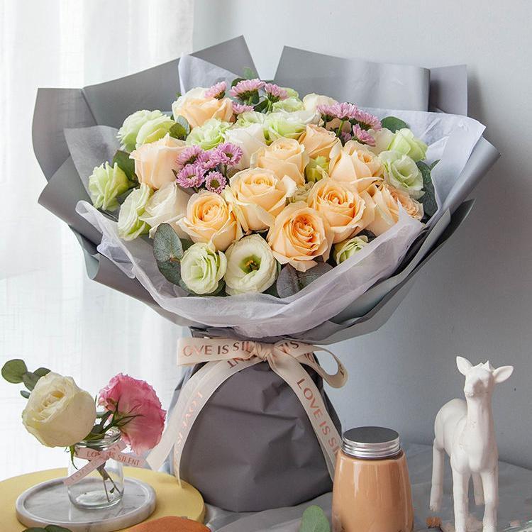 心动梦想_白雪山玫瑰5枝、香槟玫瑰11枝、粉色小菊3枝、3头或以上绿桔梗5枝、尤加利叶5枝