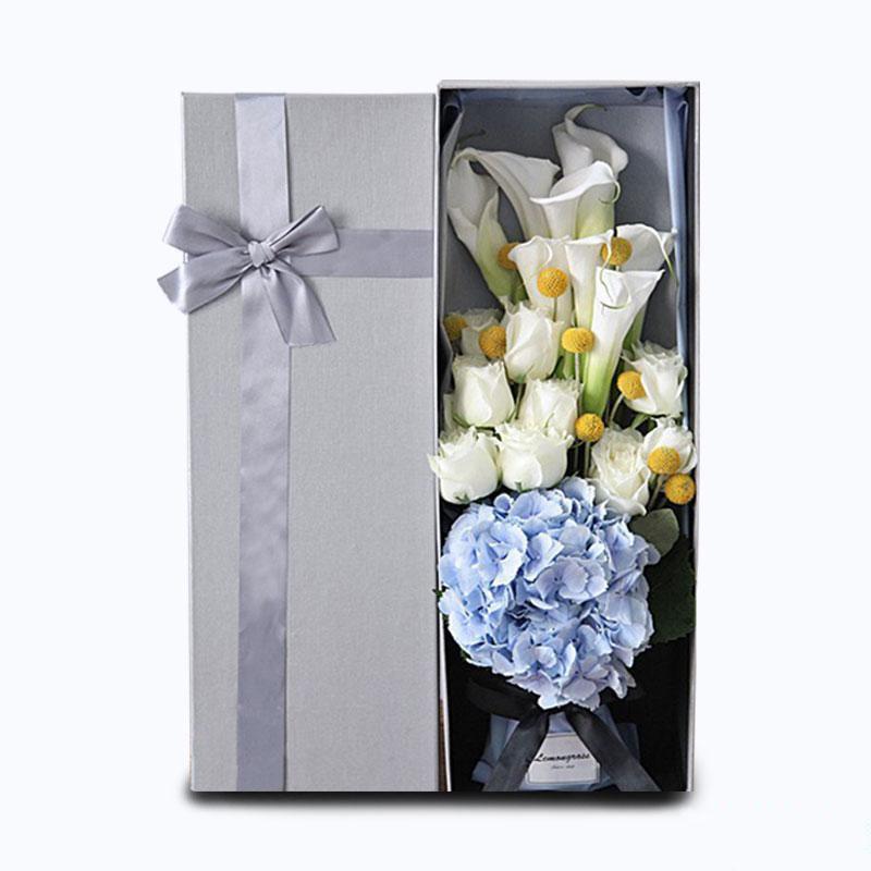 朝朝暮暮_11枝马蹄莲,11枝白玫瑰,1枝绣球,小菊搭配