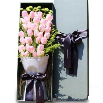 时光之恋_33枝粉色郁金香,绿雏菊,黄莺搭配
