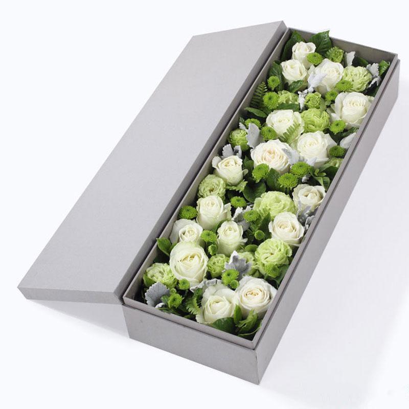 情意无限_白玫瑰16枝、绿色小雏菊4枝、绿色重瓣洋桔梗3枝、银叶菊3枝、栀子叶2枝、排草10枝