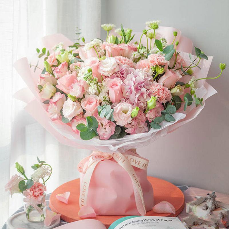 你的微笑_粉色康乃馨11枝,粉佳人玫瑰5枝、3头或以上白底粉边洋桔梗5枝、粉色绣球1枝、白色紫罗兰5枝、白色翠珠3枝,尤加利5枝
