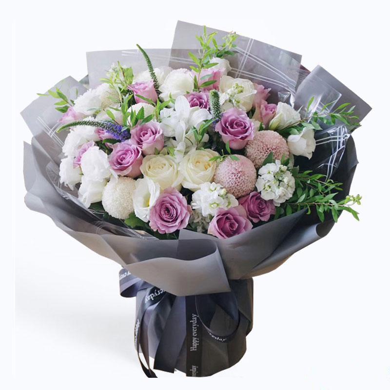 美丽的遇见_16枝紫玫瑰,6枝乒乓菊,白色紫罗兰3枝,白玫瑰6枝,白色桔梗8枝