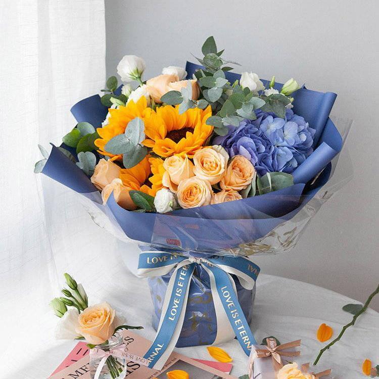浩瀚星空_香槟玫瑰9枝、蓝绣球1枝、向日葵3枝、白色洋桔梗5枝、大叶尤加利5枝