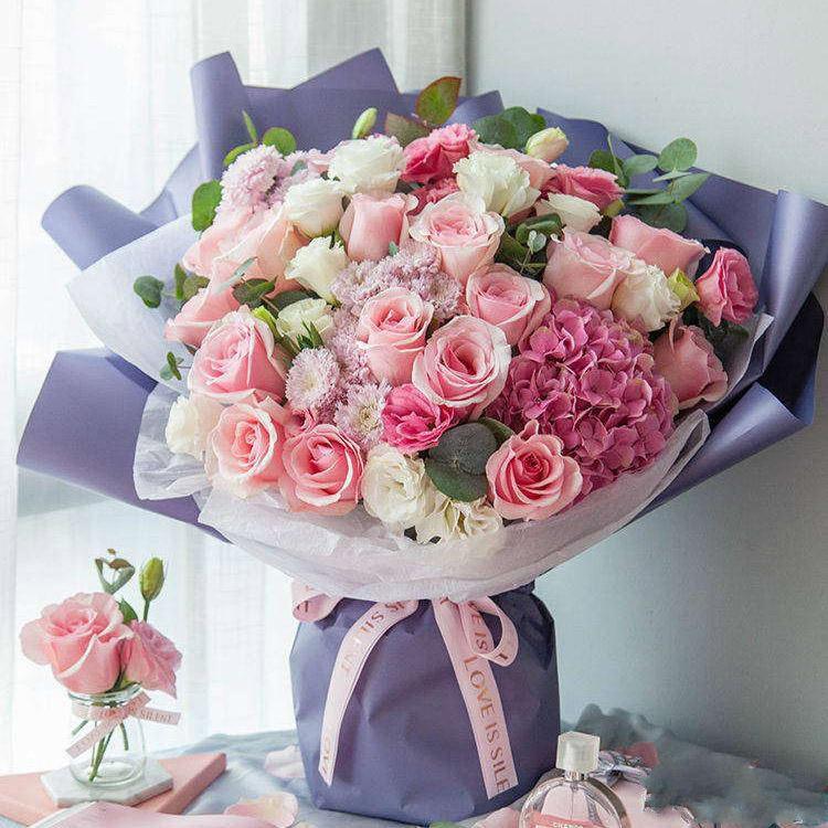 海洋之歌_粉佳人玫瑰16枝、3头或以上白色洋桔梗5枝、3头或以上粉色洋桔梗5枝、尤加利10枝、浅紫色小菊3枝、深粉色绣球