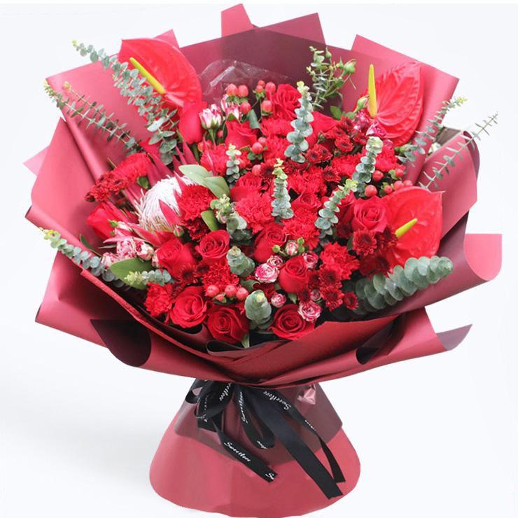 非你不可_帝王1枝,红玫瑰21枝,红色康乃馨13枝,红掌3枝,红色小菊、尤加利、多丁搭配饱满