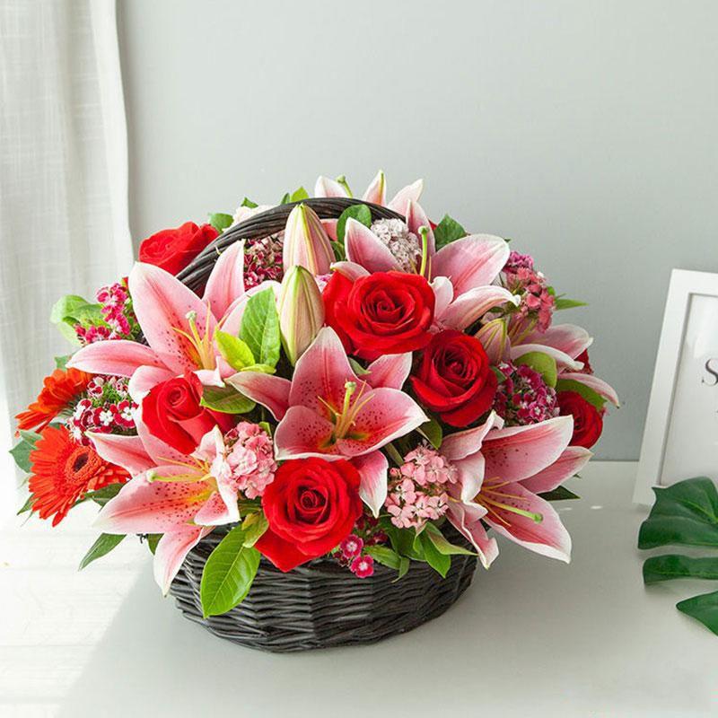 冬季恋曲_多头百合2枝,卡罗拉玫瑰8枝,红太阳花6枝,混色石竹梅栀子叶搭配