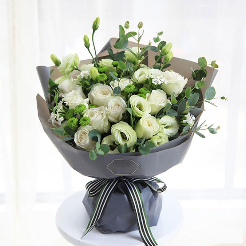 纯净美丽_白玫瑰11枝,绿色桔梗5枝,小菊3枝,白色石竹梅4枝,尤加利0.5扎