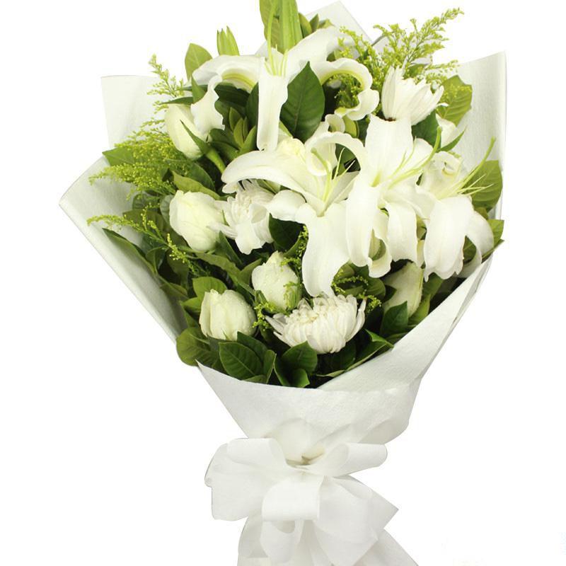 纯洁的爱_6枝白玫瑰、6枝白菊花、2枝多头白百合,搭配适量黄莺、栀子叶