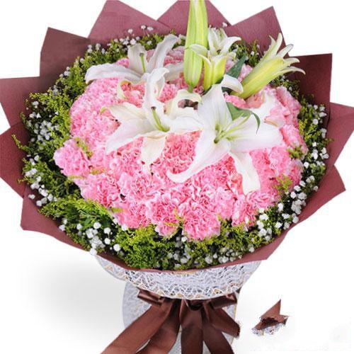 温暖如春_33枝粉色康乃馨,2枝香水百合,黄莺和满天星外围