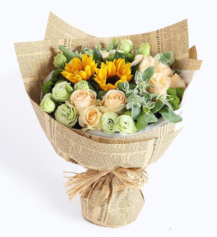 梦想启程_香槟玫瑰11枝,向日葵2枝,绿色桔梗,绿色小菊,叶上花搭配