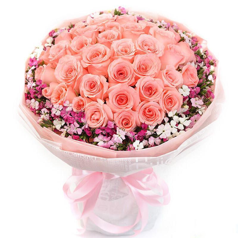 甜蜜梦境_33支精品粉玫瑰,外围搭配适量红色石竹梅