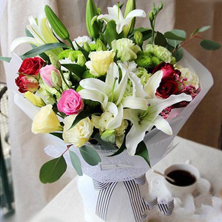 天天快乐_3枝白色多头百合、粉玫瑰8枝、香槟玫瑰8枝,桔梗、雏菊、其他配花搭配