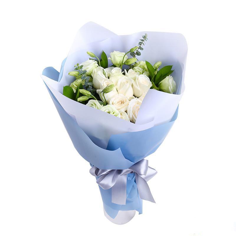 柔情似水_9枝白玫瑰,搭配4枝白色洋桔梗、绿叶、尤加利叶
