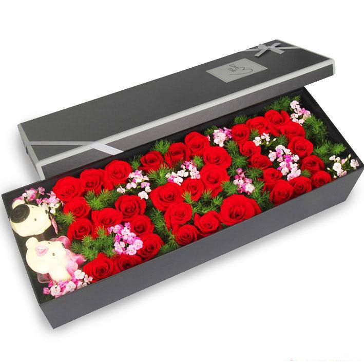 情定一生_33枝红玫瑰,石竹梅、绿叶搭配,2个小熊