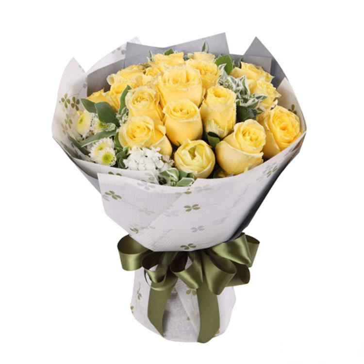 美丽时光_19枝黄玫瑰 搭配适量白色小菊、石竹梅、叶上花