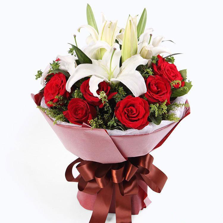 美丽的她_11枝红玫瑰,2枝多头白香水百合,黄莺搭配