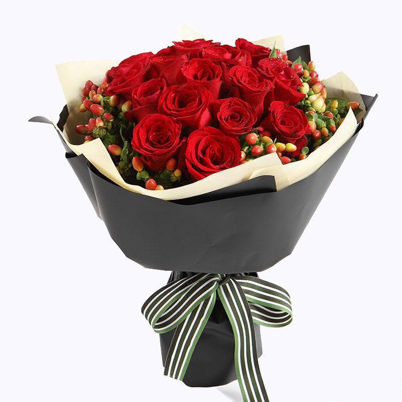 两情相悦_19枝精品红玫瑰,外围红豆搭配