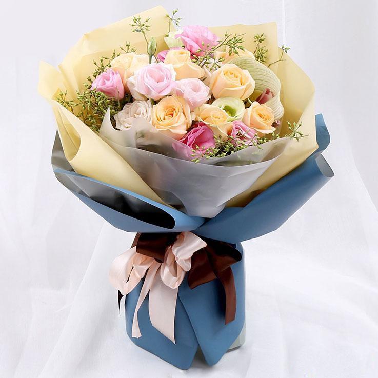 恋恋情深_8枝香槟玫瑰,8枝粉玫瑰、桔梗小米果等绿叶搭配点缀