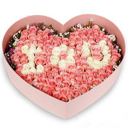 花好月圆_99枝戴安娜粉玫瑰+白玫瑰混搭,相思梅搭配