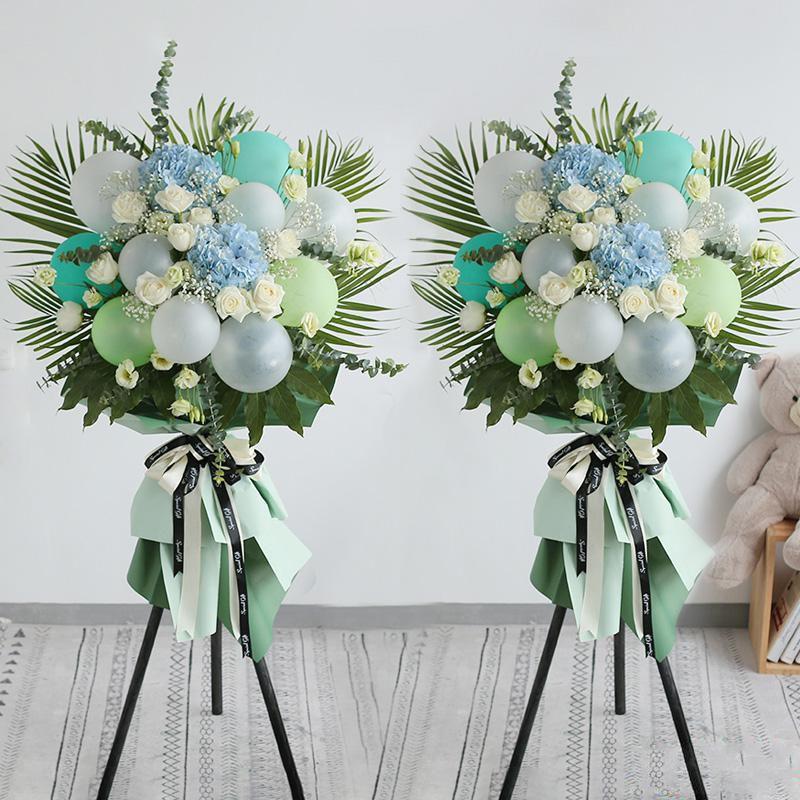 万事如意(一对)_马卡龙色气球(浅绿色、浅蓝色、白色、透明色)+蓝色绣球+白玫瑰+浅绿色洋桔梗,搭配适量龟背叶、散尾葵、尤加利叶装饰